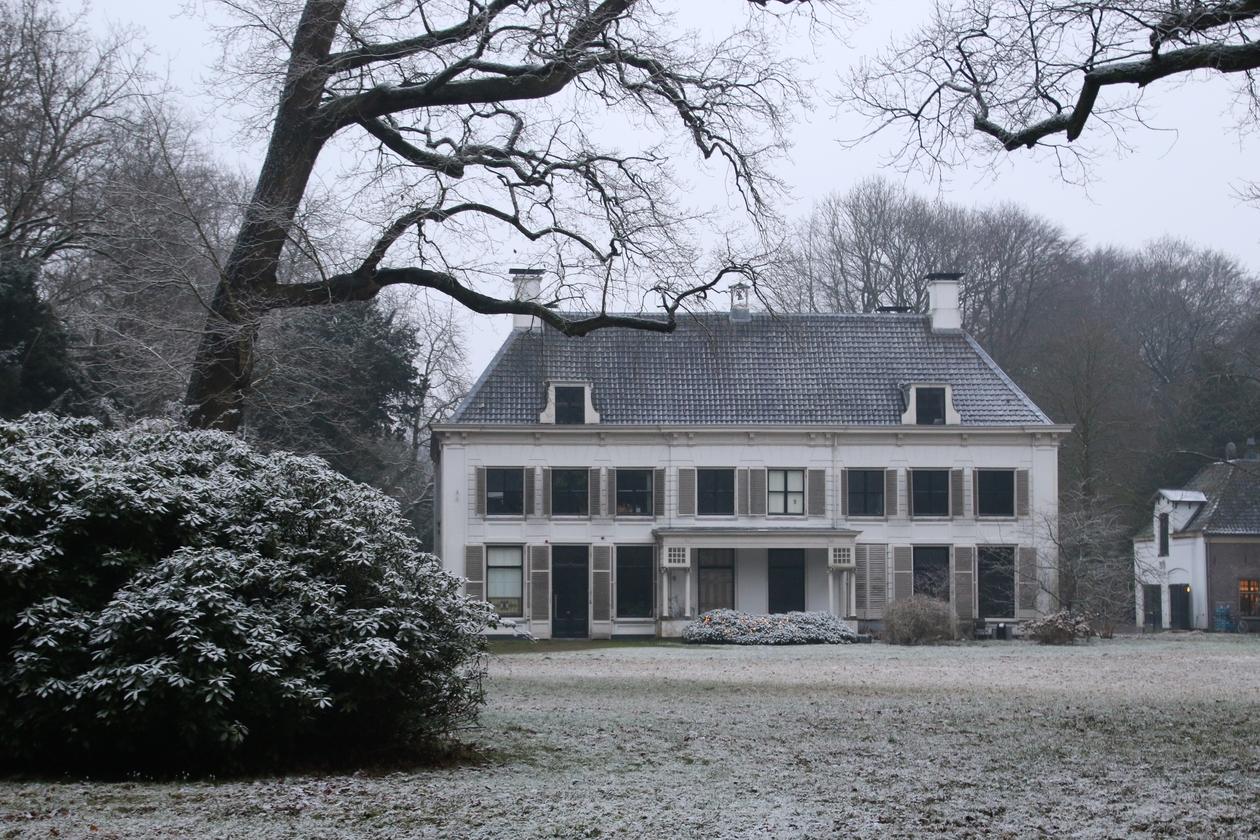 Huis Nieuw Amelisweerd in de winter.
