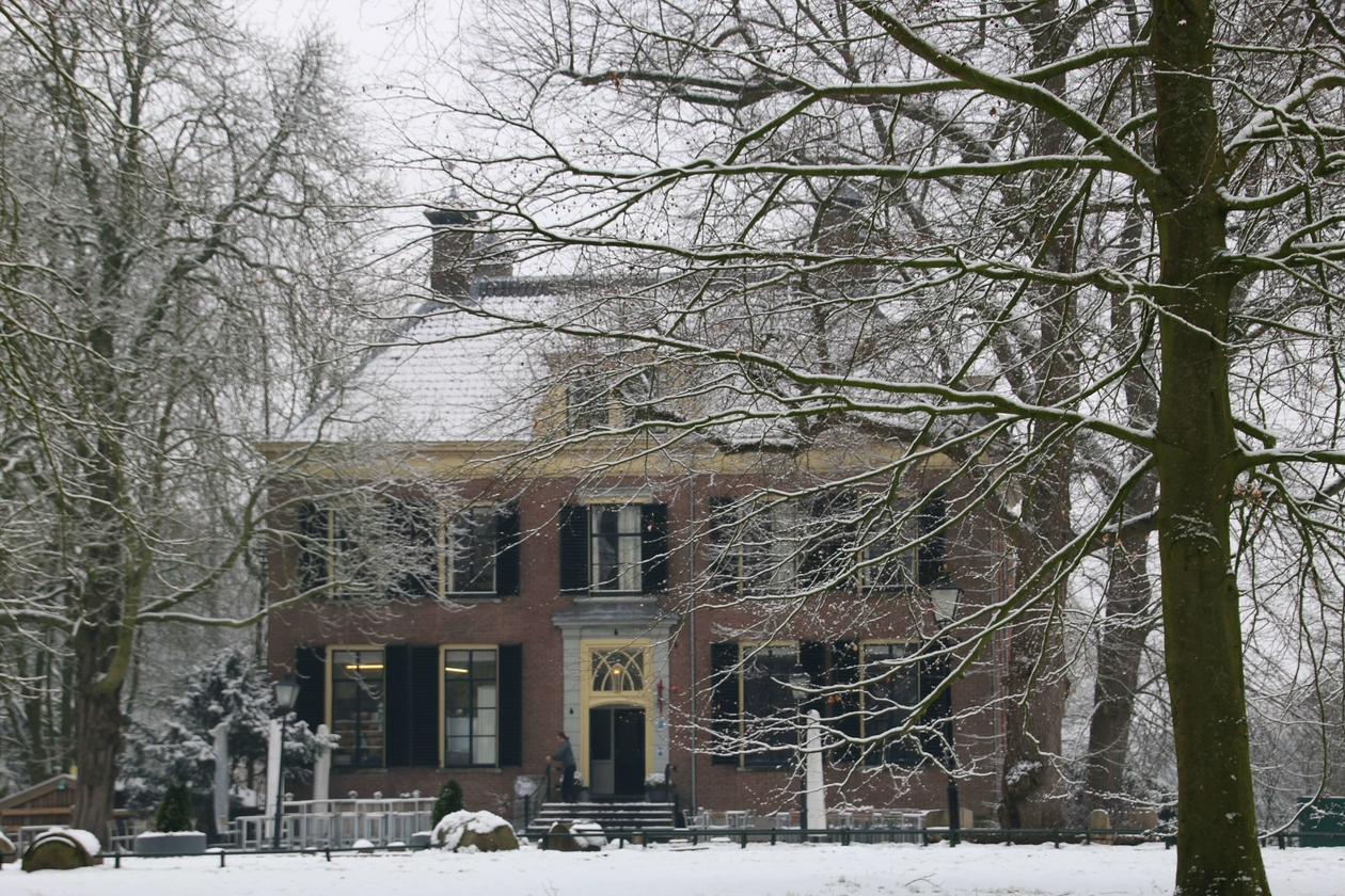 Huis Rhijnauwen in de winter.